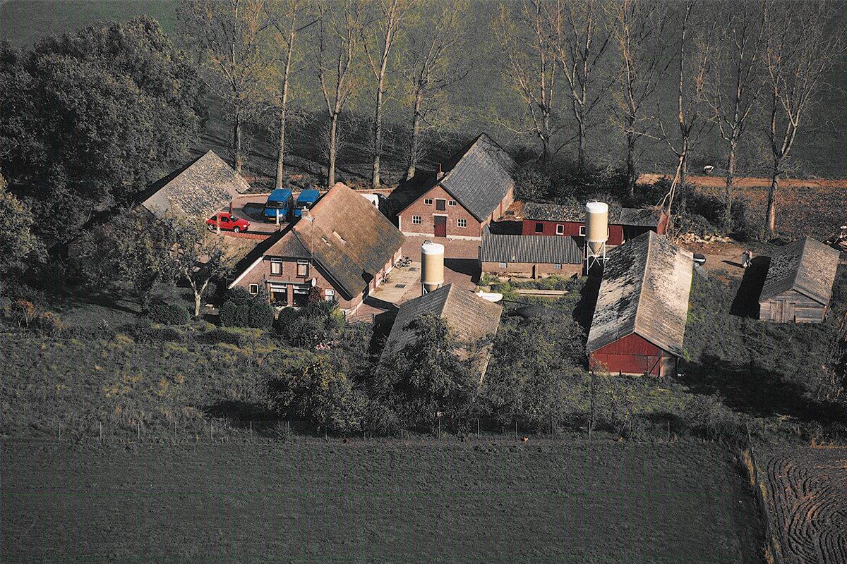 1997 - De huidige bedrijfslocatie wordt betrokken in een voormalig agrarisch bedrijf. De stallen worden omgebouwd tot fietsenstalling, werkplaats en kantine.