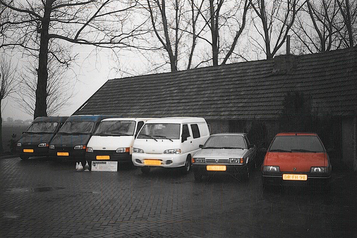 1998 - Het eerste wagenpark wordt aangeschaft. Deze bestond uit gebruikte busjes en auto's in diverse kleuren.