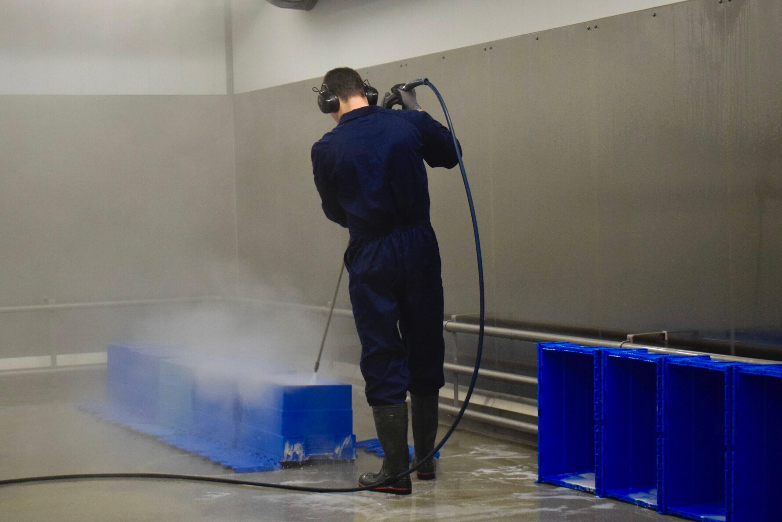 Materialen worden schoongespoten en ontsmet